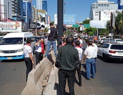 «Fura fila»: Taxistas piden retiro de bloques para acortar camino al Puente