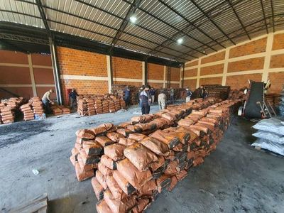 Allanamiento en MRA: canes rastrean presencia de droga en paquetes de carbón hallados en depósito