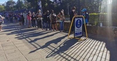 La Nación / Forman largas filas para compra de tarjetas electrónicas en puestos móviles