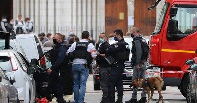 La Nación / Tras ola de atentados, Francia intensifica medidas contra los migrantes radicalizados