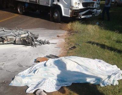 Motociclista muere tras ser embestido por un camión