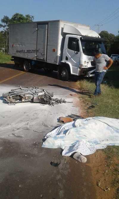 CHOQUE frontal entre MOTO y CAMION deja un MUERTO en Itakyry