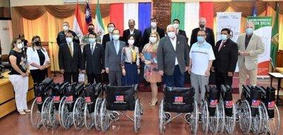 Taiwán entrega sillas de ruedas y tapabocas a Itapúa