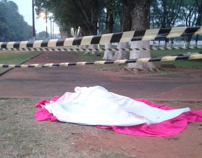 Matan a puñaladas a joven en una plaza
