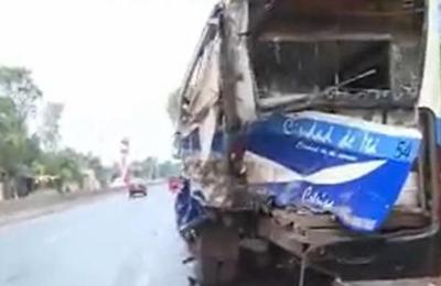 Capiatá: Aparatoso choque entre camión cisterna y colectivo