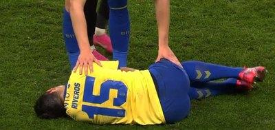 Riveros marcó, pero salió lesionado y enciende alarmas en la Albirroja