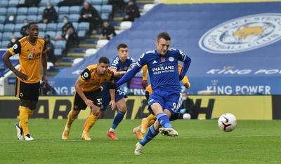 Vardy decide y Leicester se ubica bien arriba