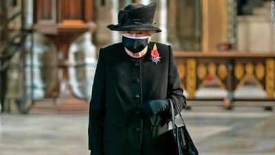 Por primera vez en la pandemia, la reina Isabel II aparece con mascarilla en público