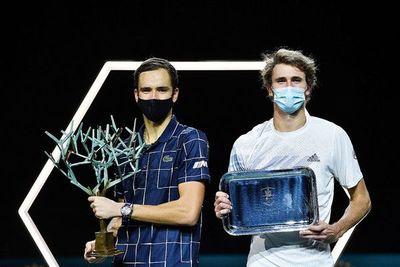 Medvedev remonta a Zverev y gana en París