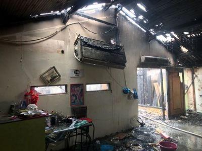 Incendio arrasó con conocido local de venta de pollo asado
