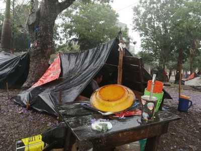 Bajo lluvia, indígenas acampan frente al Congreso reclamando la presencia de autoridades