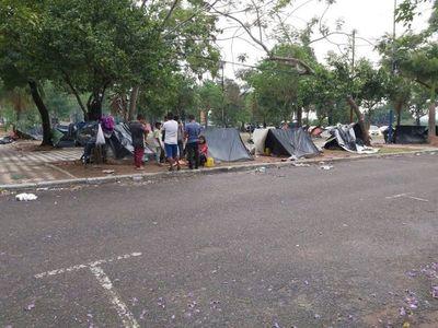 Nativos suspendieron marcha y resisten bajo la lluvia