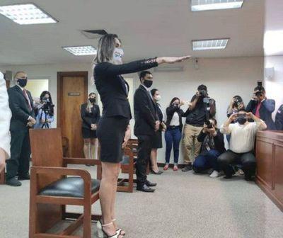 Juró la primera abogada trans del Paraguay