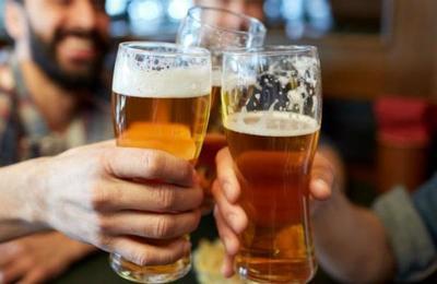 Hombre viola la cuarentena para ir a tomar una cerveza con un amigo