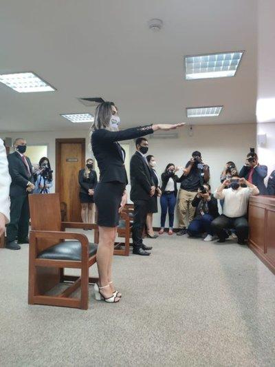 Histórico: Jura la primera abogada trans del Paraguay, Kimberly Ayala