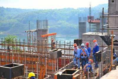 Alistan vigas de 60 toneladas en segundo puente con Brasil