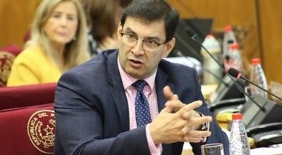 HOY / El senador Silvio Ovelar dijo que los senadores Lilian Samaniego y Enrique Riera, quieren embarrar al Partido Colorado