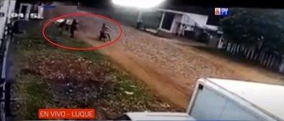 Brutal agresión de motochorros a una mujer