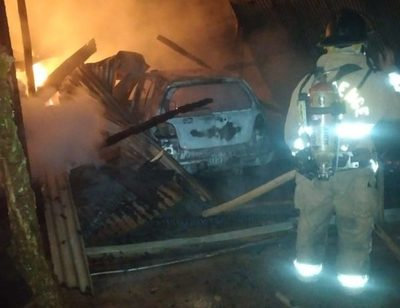 Depósito se incendia con automóvil y motocicleta dentro