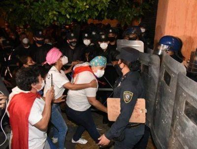 Incidentes en Hacienda durante manifestación de personal de blanco · Radio Monumental 1080 AM