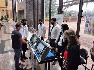 Abogados pueden practicar uso de máquinas de votación para elecciones de este mes