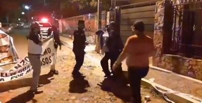 Guerra en comuna de Ñemby: manifestación a domicilio y un detenido