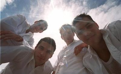"""HOY / El grupo musical MDO lanza una nueva versión del tema """"Mil ángeles"""""""