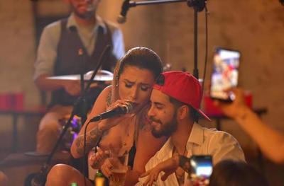 Los reggaetoneros Joshua Dietrich y Nathalia Demattei se encontraron en el escenario