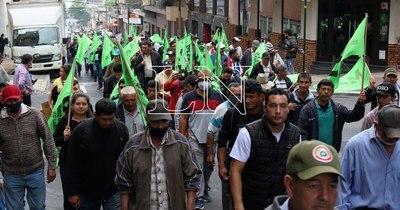 La Nación / Campesinos marchan reclamando el cumplimiento del acuerdo con el Gobierno