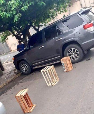 Guerra a cuidacoches: Municipalidad de Asunción despejó en 1 hora más de 100 estacionamientos ilegalmente reservados