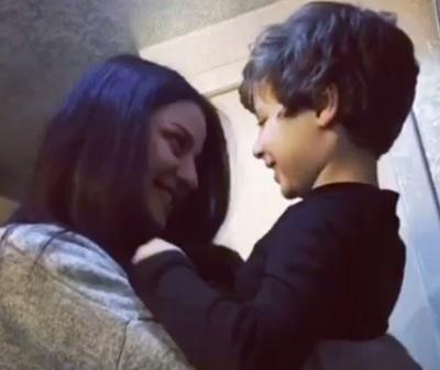"""La actriz de """"Fugitiva"""" visitó al pequeño que encarnó a su hijo"""