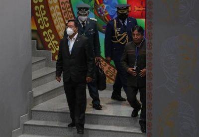 La Biblia y la cruz salen de los actos de Gobierno tras un año en Bolivia