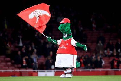 Mascota del Arsenal vuelve a trabajar en el club