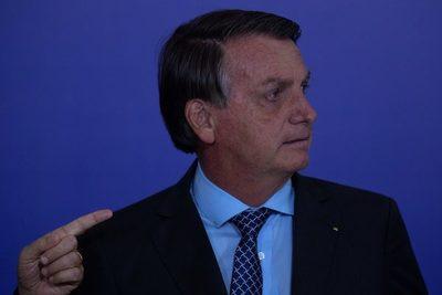 """Bolsonaro dice que """"amedrentan"""" con la covid-19 y exige """"no ser maricas"""""""
