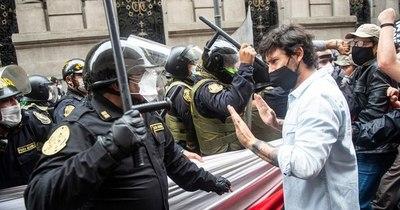 La Nación / Unos 30 detenidos y algunos heridos en protestas contra Merino en Perú