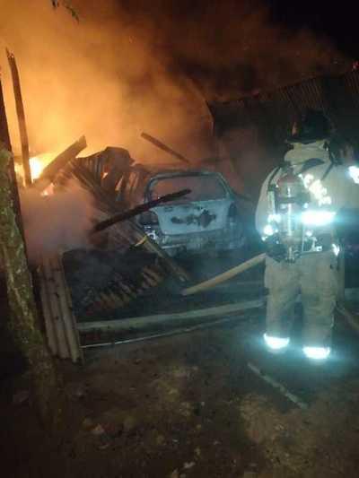 Voraz incendio arrasó con tinglado, un auto, una moto y varias herramientas