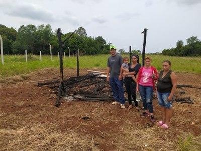 Humilde familia quedó con la ropa puesta luego que el fuego consumiera por completo su vivienda