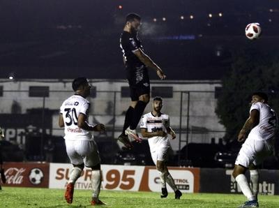 Salto y gol de Antonio Bareiro