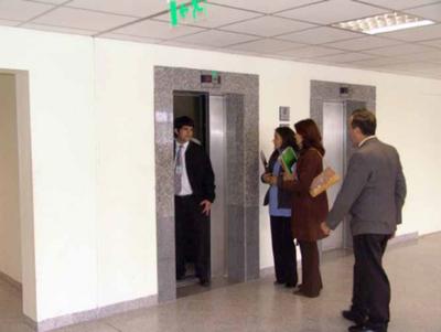 Corte Suprema directo al subsuelo por sus 17 ascensoristas