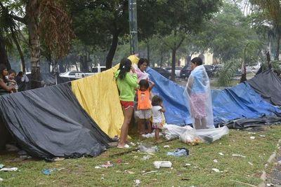 Preocupa aglomeración de niños en campamento indígena apostado en el microcentro