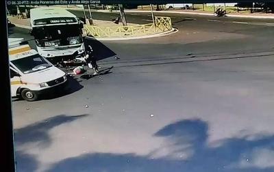 HOY / Brutal choque entre un ómnibus y un motociclista en Ciudad del Este