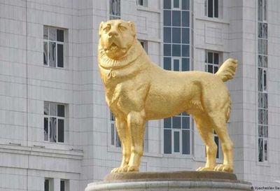 El presidente de Turkmenistán presentó la estatua dorada de su perro favorito