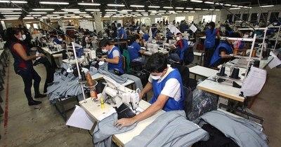 La Nación / Confeccionistas ya entregaron 509.678 batas terminadas al Ministerio de Salud
