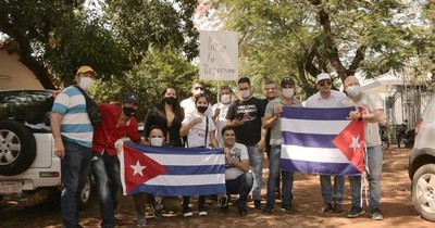 """La Nación / Cubanos en Paraguay: """"Nos manifestamos por los reprimidos y contra la dictadura de los Castro"""""""