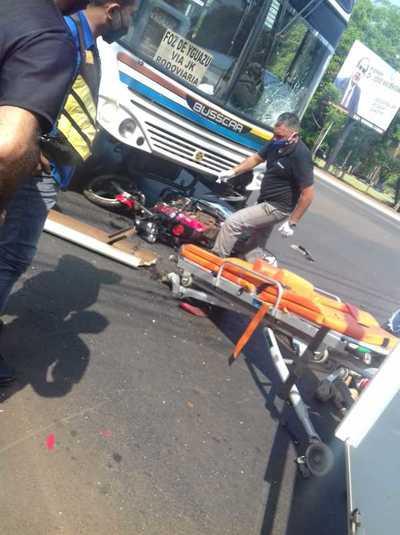 Colectivo choca y mata a motociclista en pleno centro de Ciudad del Este