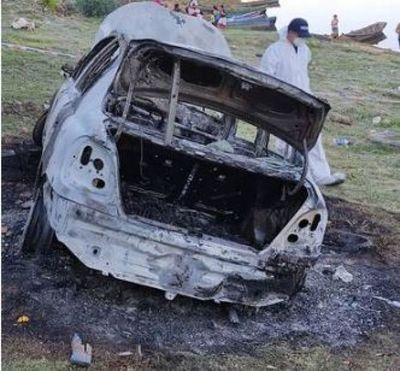 Bomberos hallan cuerpo calcinado dentro de vehículo incendiado