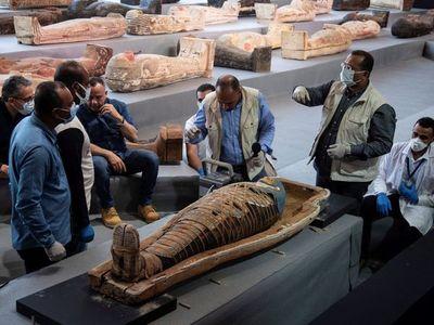 """Descubrimiento de más de 100 sarcófagos intactos en Egipto, un verdadero """"tesoro"""""""