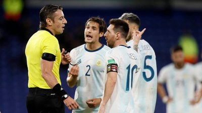 La falta contra Romero y el gol anulado a Messi, analizados desde el VAR