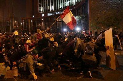 Gobierno interino de Perú se desmorona tras muertes en protesta y renuncia de ministros