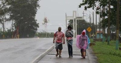 La Nación / Pese a lluvias y restricciones, feligreses peregrinan hasta la Villa Serrana